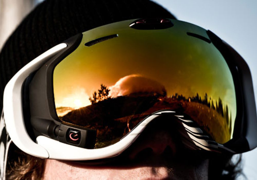 Oakley-Airwave-GPS-Goggles-Buy-Smart-Snowboaring-Accessory