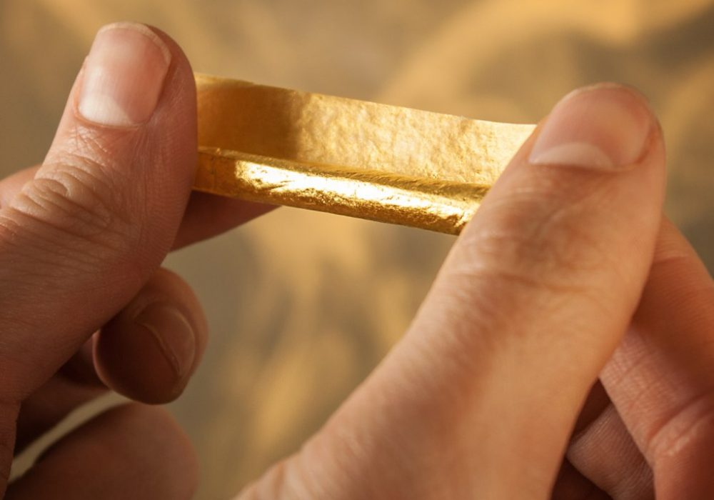 Shine 24k Rolling Paper Golden Roll to Smoke